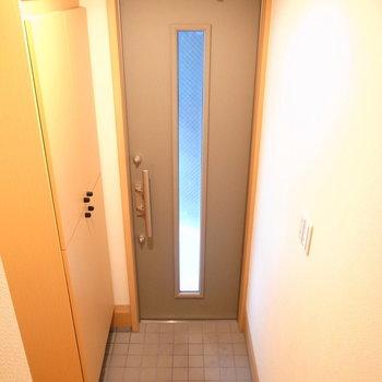 靴を脱ぎ履きする土間はコンパクトですが、玄関自体は狭さは感じませんでした。