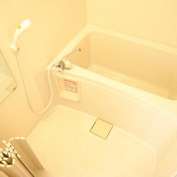 お風呂はシンプル・コンパクトです。