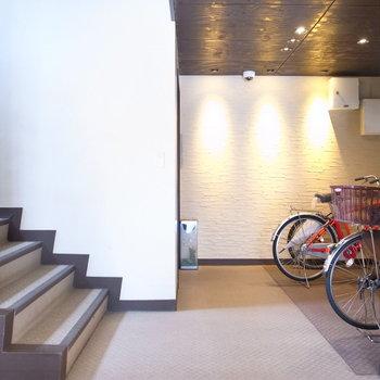 【共用部】高級感のあるエントランスです。ここにも自転車を置けます。