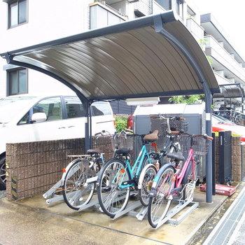 【共用部】駐輪場は屋根つきなので安心です。