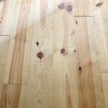 ワイルドな無垢床が素敵です。※通電前・クリーニング前の写真です