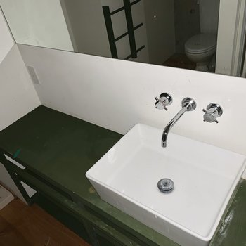 蛇口の可愛い洗面台。大きな鏡や棚もうれしいですね。※通電前・クリーニング前の写真です