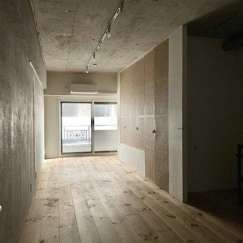 白のドアを開けると、広がる11.4帖のワンールーム。※通電前・クリーニング前の写真です