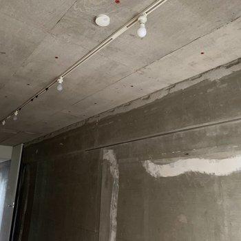 コンクリの壁際にピクチャーレールもついていました。※通電前・クリーニング前の写真です