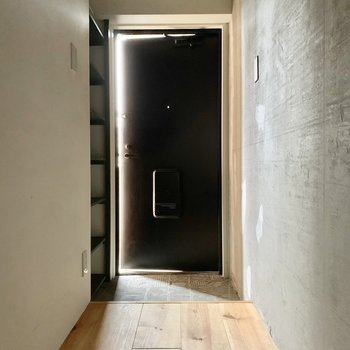 玄関ホールが設けられていると暮らしにメリハリがつきますよ。※通電前・クリーニング前の写真です