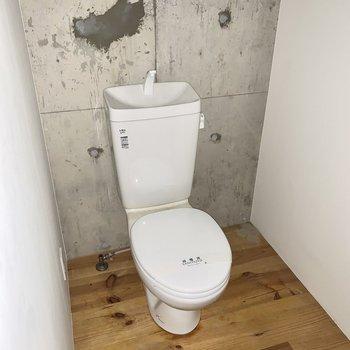 トイレもシンプル。※通電前・クリーニング前の写真です