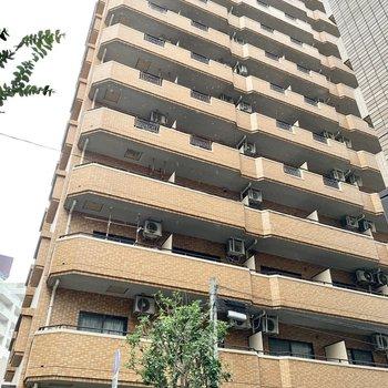 オレンジタイルの12階建てマンション。1階は予備校でした。
