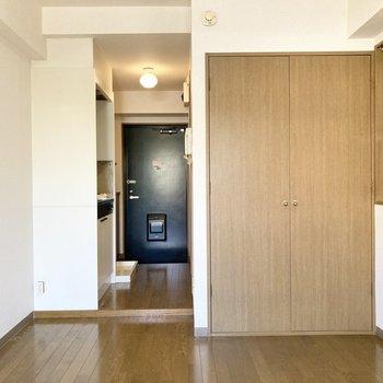 廊下と居室の間に扉はないので、突っ張り棒等で目隠しを付けるとよさそう。