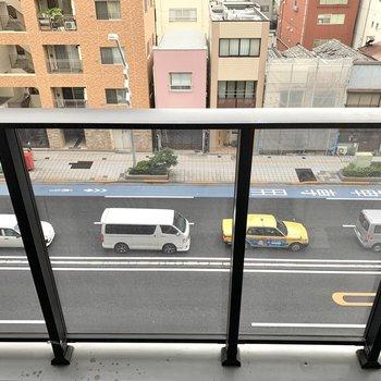 下を見ると道路。音が気になる場合は遮音カーテンで対策を。