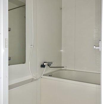 深さのある浴槽。ゆったり浸かってリラックス!※写真はフラッシュを使用しています