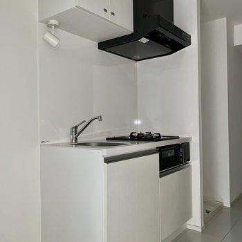 こちらも白!キッチン上下には収納がありますよ。※写真はフラッシュを使用しています