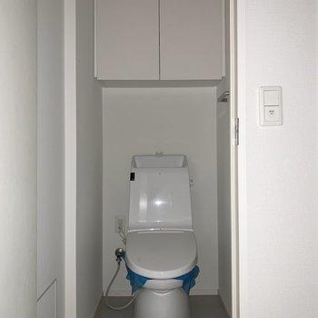 トイレは落ち着く個室です。※写真はフラッシュを使用しています