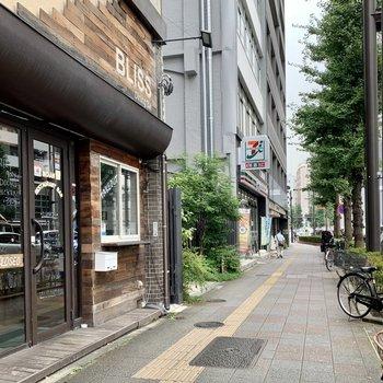 お部屋までの道にはカフェやレストラン、コンビニなどがありました。