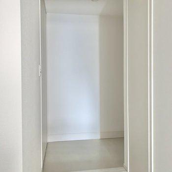 玄関はフラッとなつくり。広さがありますよ。※写真はフラッシュを使用しています