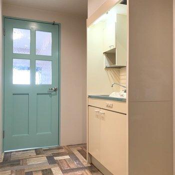お次は洋室の外。ドアの外すぐに冷蔵庫置場とキッチンがあります。