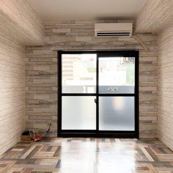 木調の内装が素敵な8.2帖の洋室です。