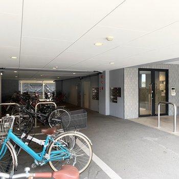 エントランスにはオートロック付。自転車置場もしっかり屋根の下でスペースも広く取られていますね◎