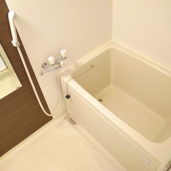 ゆったりめの浴室です。棚はないのでご用意くださいませ。