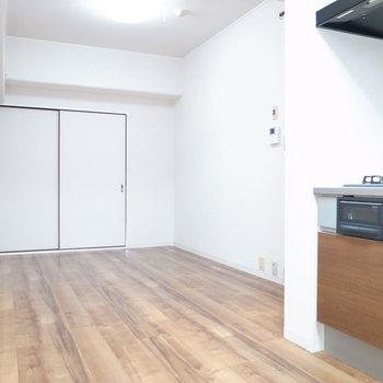 【LDK】細長いので手前側がキッチン、奥がダイニングときちんと分かれた形になっています。