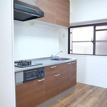 広さ十分のキッチンです。窓は廊下に面しています。