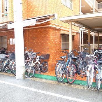 【共用部】駐輪場はマンション入り口のほか、裏手にもあります。