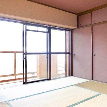 【和室】押入れのブラウンのふすまと、茶室っぽい壁でモダンな印象。