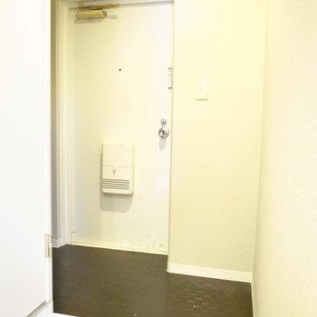 玄関のライティングはちょっと暗め。明るいものに取り替えても◎