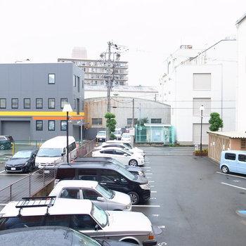 駐車場が目の前に。ちょっと視線が気になります。