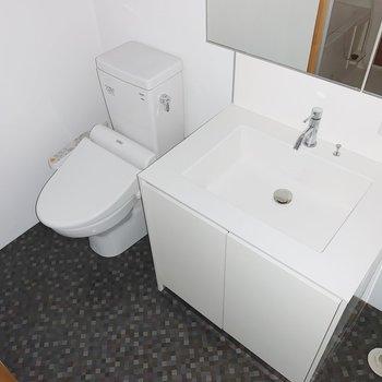 トイレは洗面台の奥に。ウォッシュレットつきですよ!(※写真はフラッシュを使用しています)