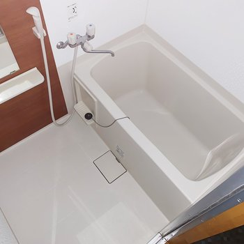 お風呂もまだまだ綺麗。小棚や鏡つきがうれしいですね。(※写真はフラッシュを使用しています)
