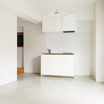 奥にキッチン。右側に冷蔵庫が置けますね。