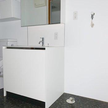 洗面台と洗濯機置場。床がスタイリッシュにチェンジ!(※写真はフラッシュを使用しています)