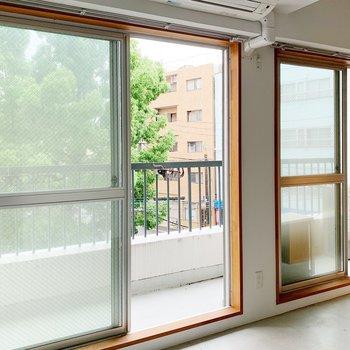 窓はこんな開放感◎日中はカーテンせずにあけておきたいな。