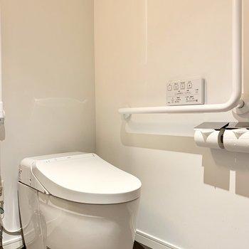 温水洗浄便座付きのトイレは手すりもあって、要所要所にバリアフリーを感じます。