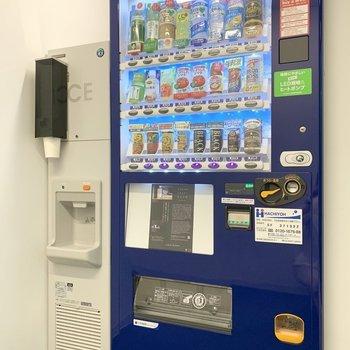 【共用部】ランドリールームの隣には製氷機と自販機があります。
