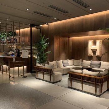 【共用部】ご宿泊者様以外との面会はソファースペースをご利用ください。※奥のカウンターはホテルと別のレストランとなります