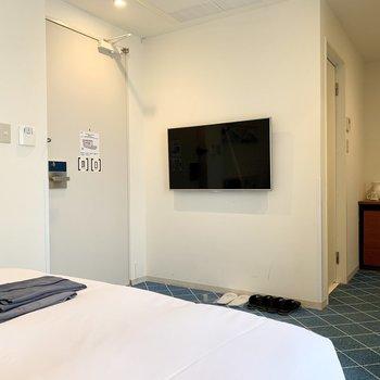 ベッドの向かい側には壁掛けのTVがありますよ。