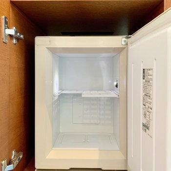 デスク下には冷蔵庫があります。