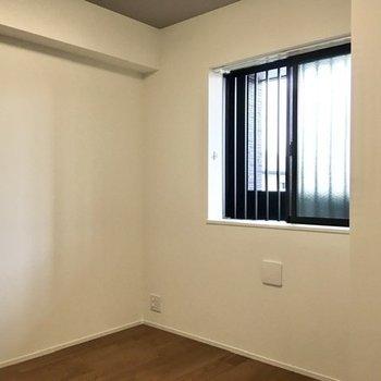 窓のついたシンプルな居室。※写真は前回募集時のものです