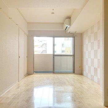 クリーム色っぽい優しい空間なので、ナチュラルカラーの家具が似合うかな。