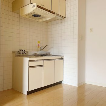 キッチンはこんな感じ。左横に冷蔵庫を置きましょう。