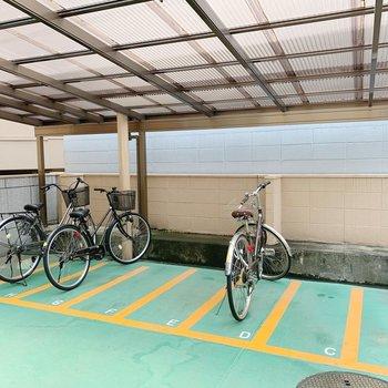 自転車は屋根の下に。雨の日も安心ですね。