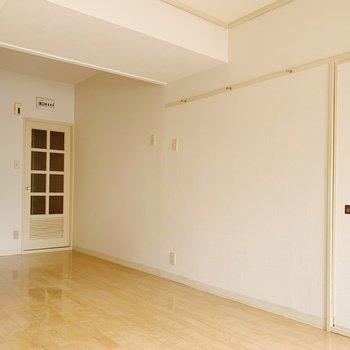白い壁にフックがついているので、手軽にインテリア小物を飾れそう◯