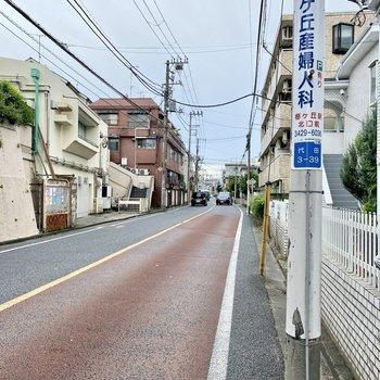 お部屋前の通り。駅からほぼ一本道ですよ。