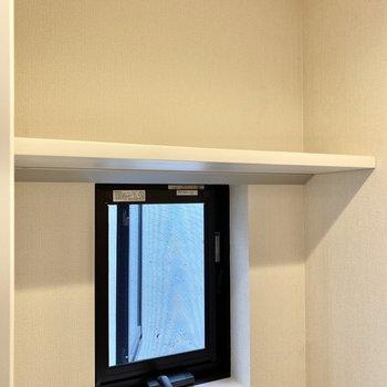 上部には小窓とシェルフが。換気も簡単そうです。