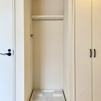 洗濯機置き場はこちら。※写真はクリーニング前のものです