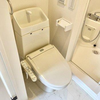 お手洗いは浴室の手前にあります。