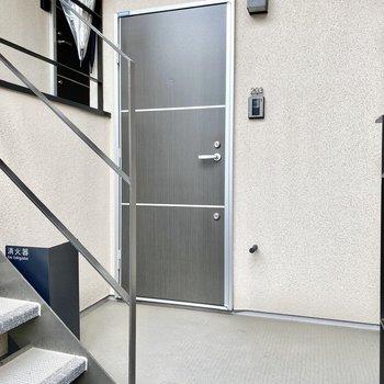 玄関前。ゆったりとしたスペースですね。