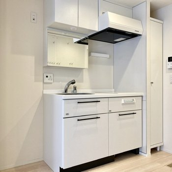 キッチンは真っ白で統一されたデザイン。