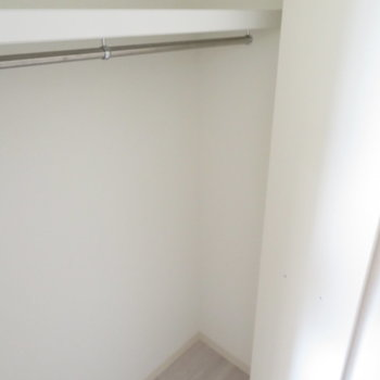 クローゼットで服を(※写真は5階の同間取り別部屋のものです)